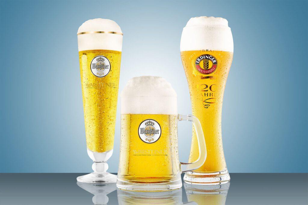 Weizenbier und Pilsener Biergläser mit Wassertropfen Produktfotografie