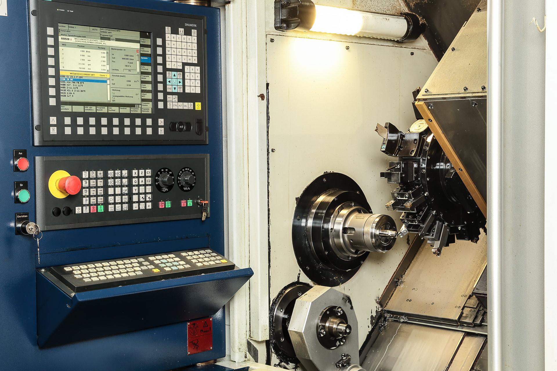 Industriefoto von CNC Fräse in Fertigung