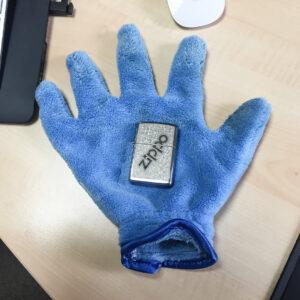 Handschuh um Fingerabdrücke beim Fotografieren zu vermeiden