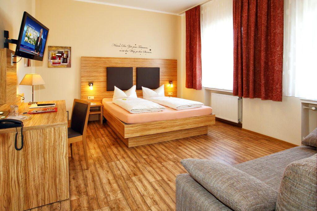 Schuhfotografie von Doppelzimmer mit Bett