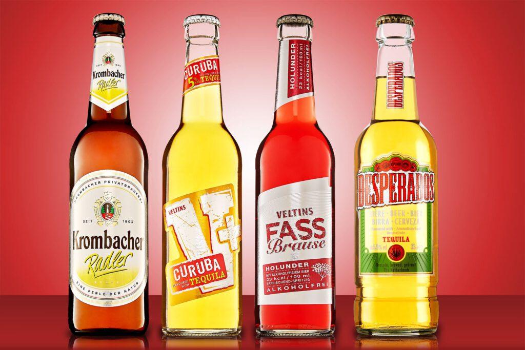Getränkefotografie Katalogfoto von Bierflaschen auf rotem Untergrund