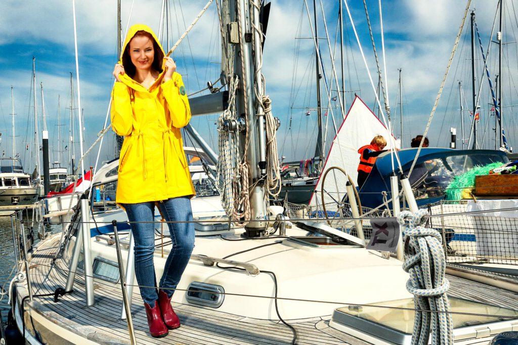 Modefotografie Friesennerz Kundenfoto auf Segelyacht mit Regenjacke