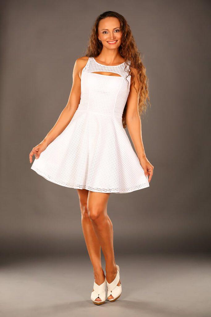 Frau im Sommerkleid für die Werbung