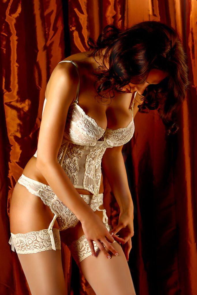 Coverfoto von Frau in eleganter Spitzenunterwäsche