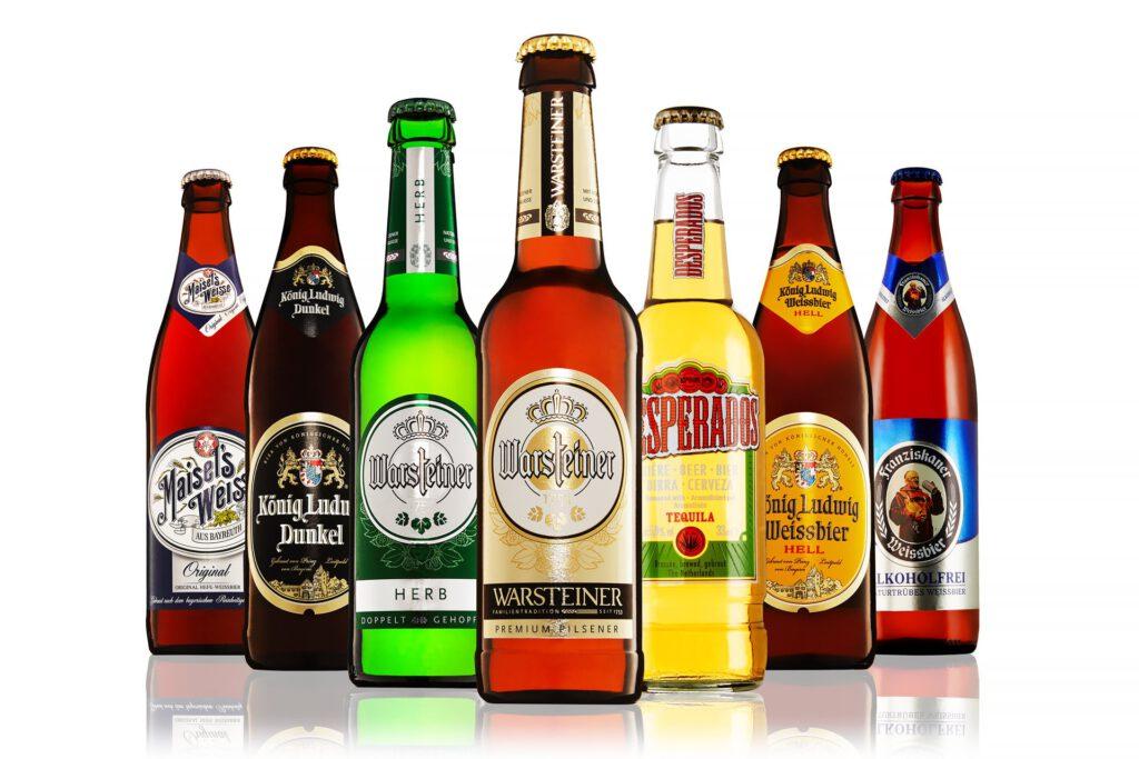Fotomontage von Bierflaschen als Gruppenfoto