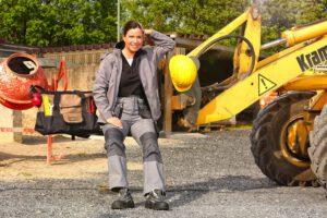 Tanka Penke zeigt Arbeitskleidung für Bauarbeiter und Handwerker