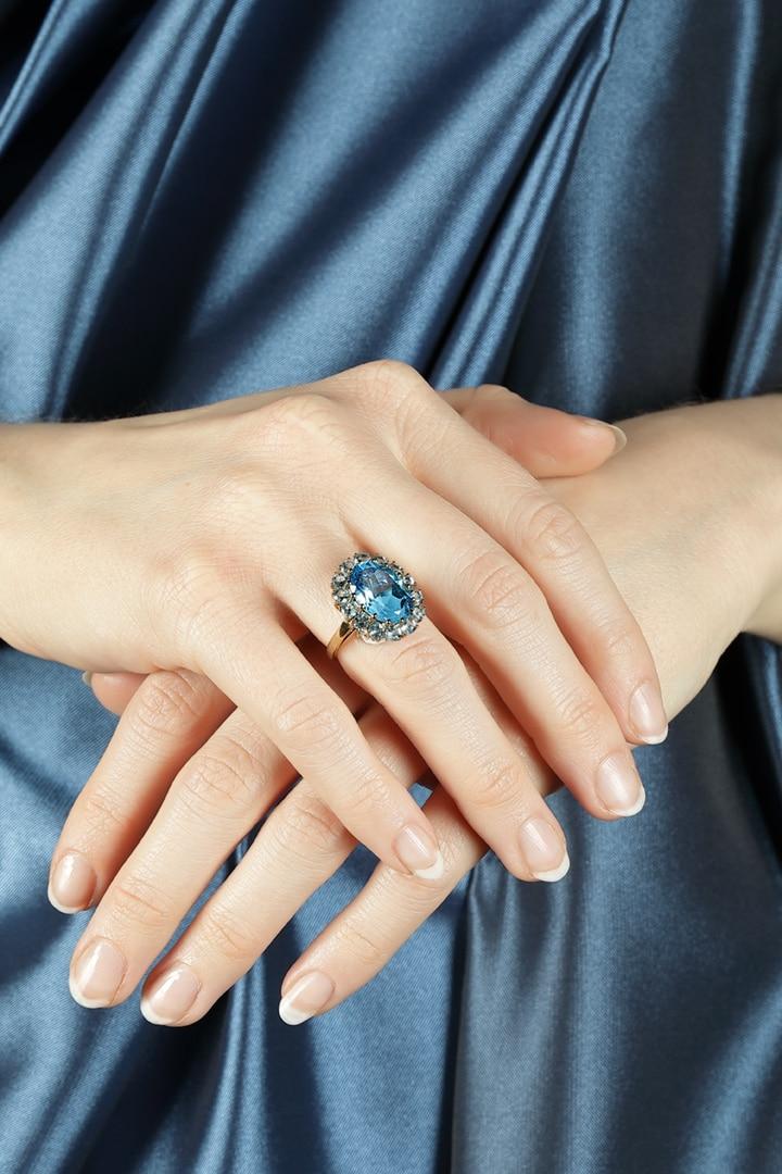 Schmuckfoto von Edelstein Ring mit Händen