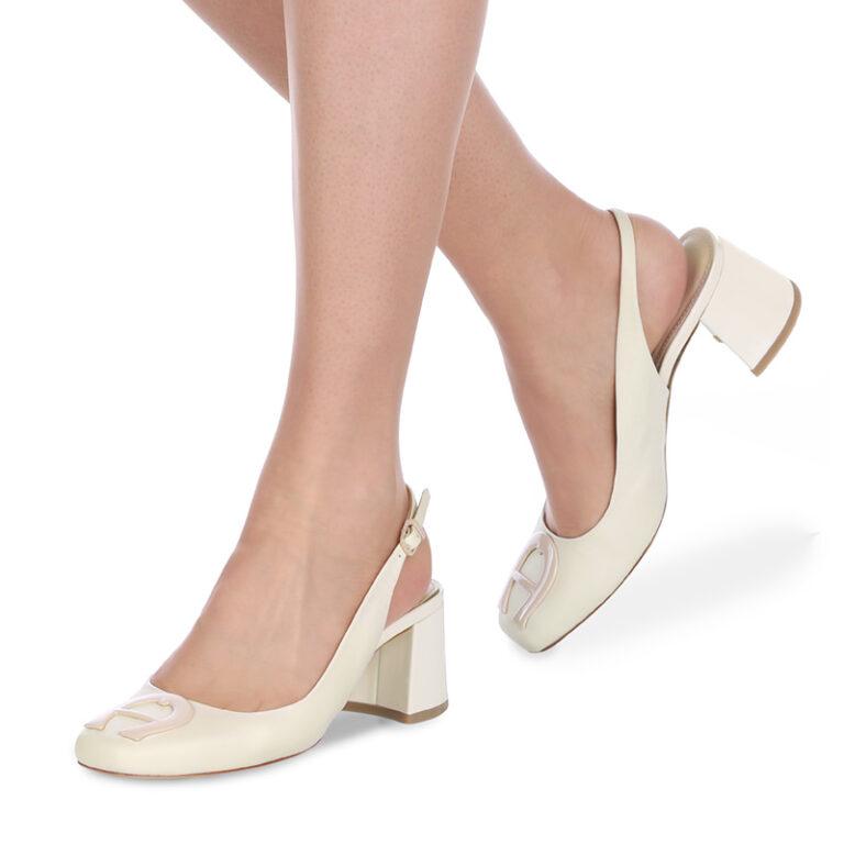 Fußmodel präsentiert Schuh