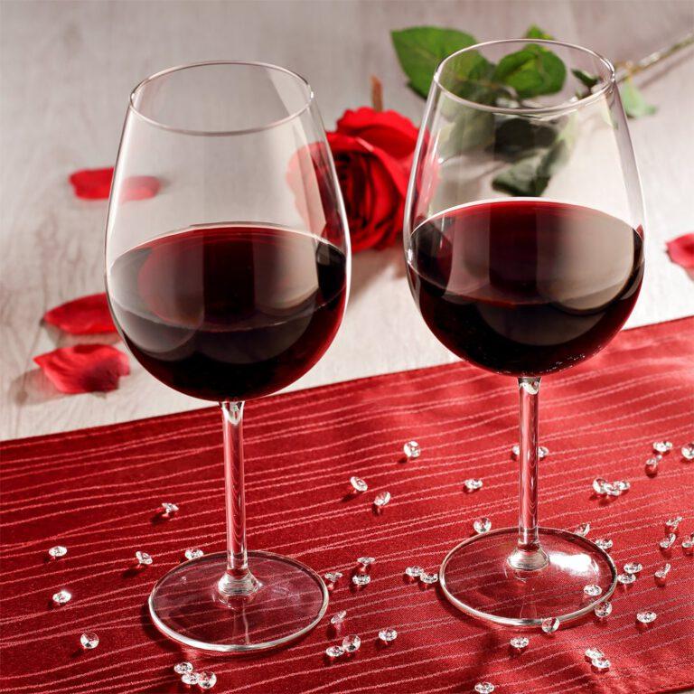 Fotokulisse mit Rotweingläsern und Rose als Stilllife