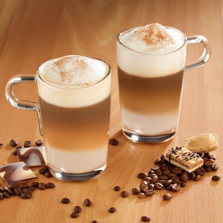 Kleines Stilllife von Latte Macchiato mit Kaffeebohnen und Keksen