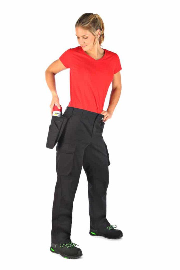 Fotomodell präsentiert Arbeitskleidung in Aktion