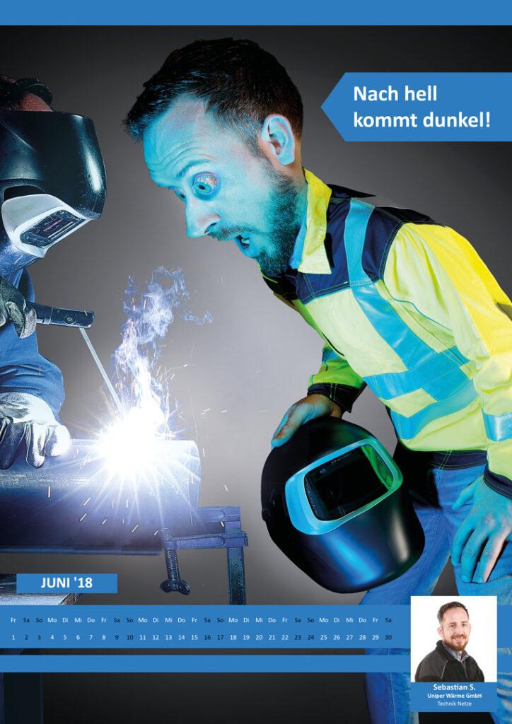 Arbeiter trägt beim Schweißen keine Schutzbrille