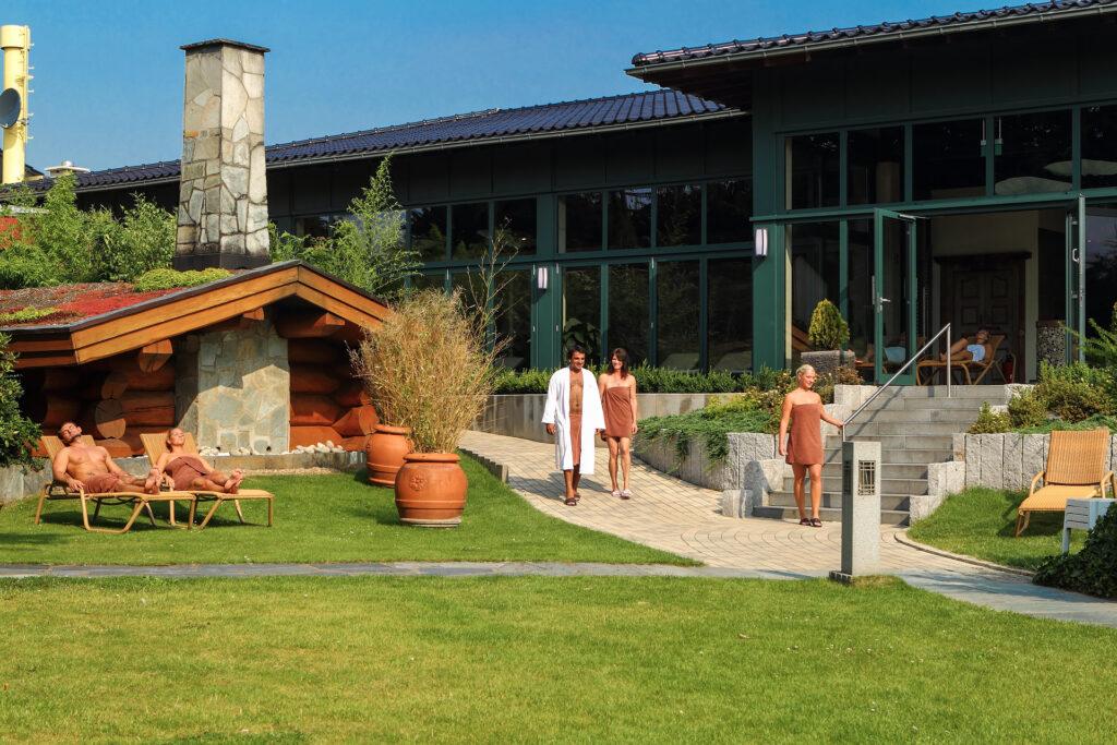 Gartenanlage mit Gästen der Asia Therme