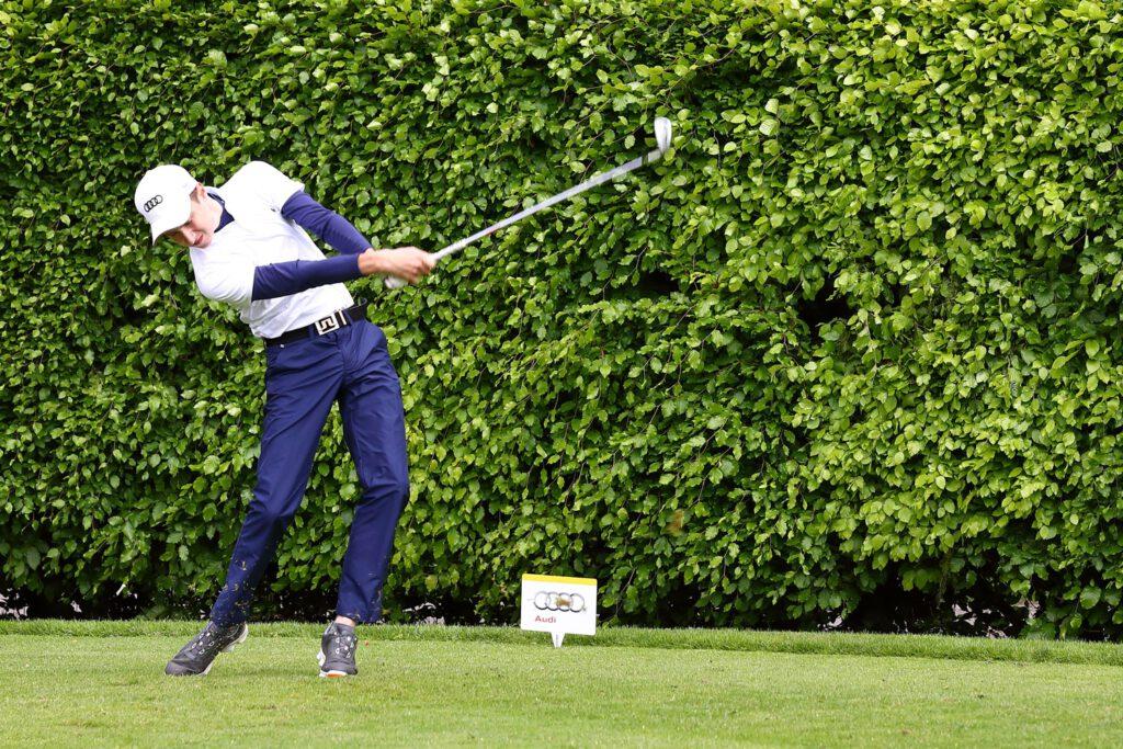 Golf-Profi beim Abschlag