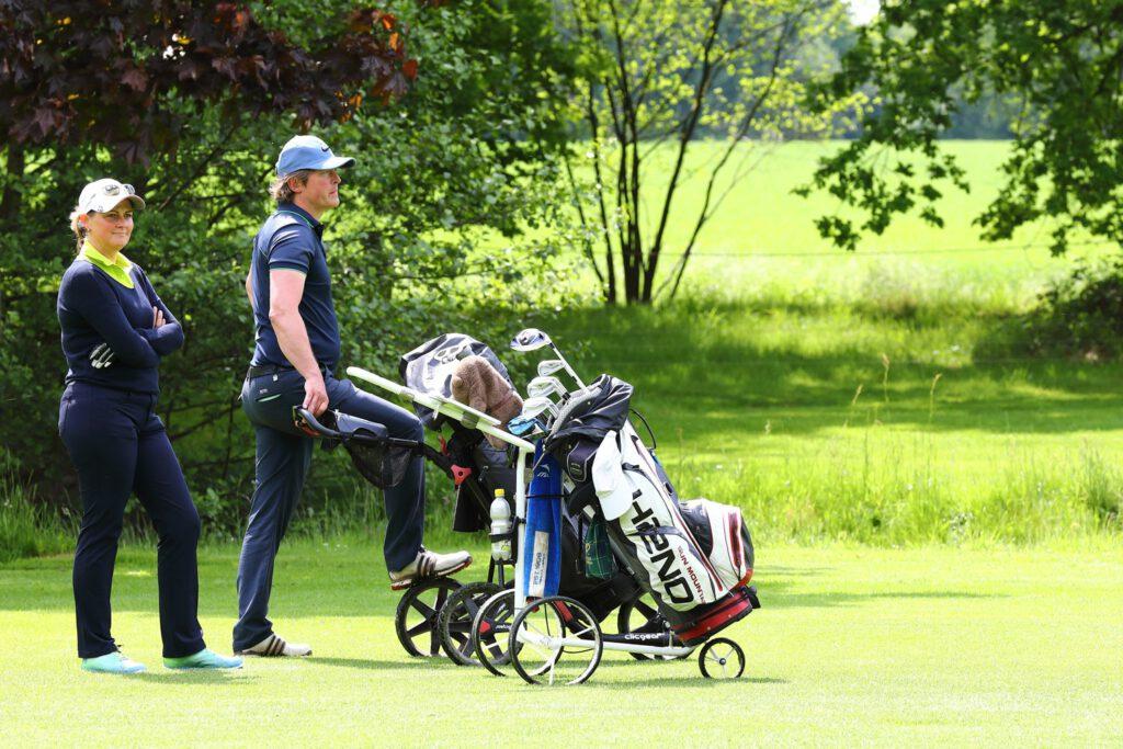 Spieler schiebt Golfcaddy