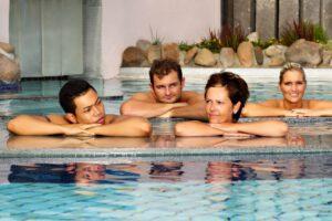 Kunden liegen im Pool