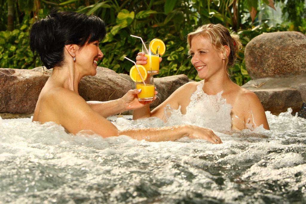 Firmenpräsentation mit zwei Frauen im Whirlpool
