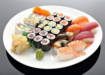 Foodfotografie Teller mit Sushi Fisch, Nudeln, Reisgerichten und Garnelen